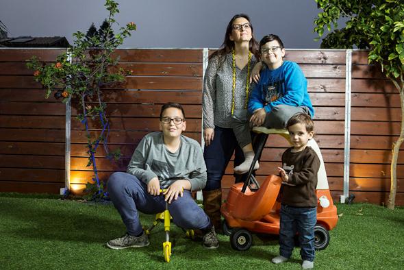 אירית פלדלויפר עם ילדיה איתי אופיר ואורי, צילום: תומי הרפז