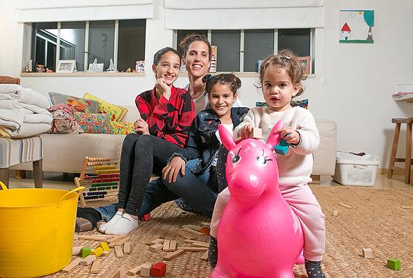 גבי בן אליהו עם ילדיה אלמה נויה ודנה, צילום: אוראל כהן