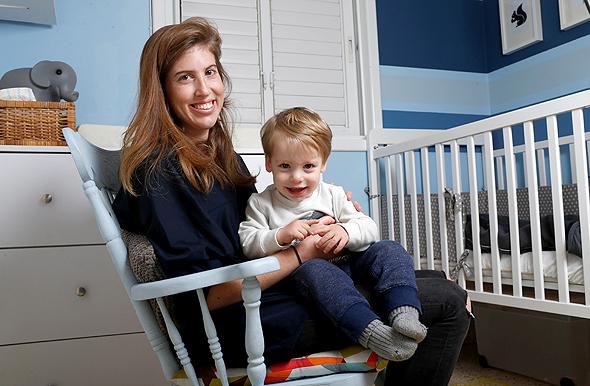 עדי אהרוני עם בנה אדם, צילום: עמית שעל