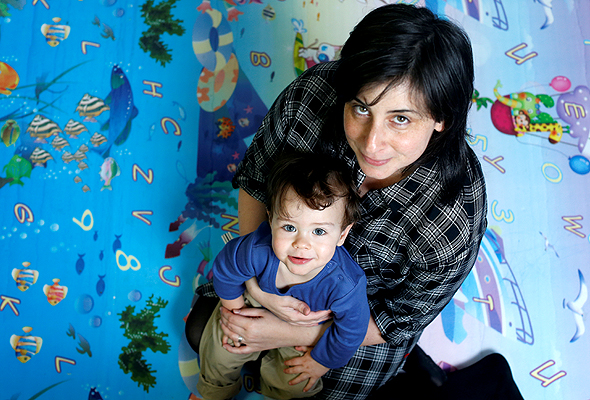 יעל לינזן סגל עם בנה דניאל, צילום: עמית שעל