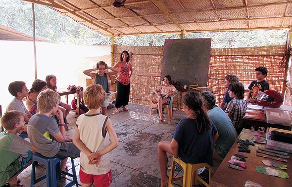 """משפחת מיודובניק בחיי הקהילה בגואה. """"יש כאן תחלופה של אנשים, אבל נוצרות חברויות מדהימות ואווירה מאוד תומכת"""""""