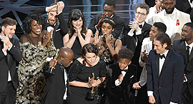 הצוות של אור ירח מקבל את פרס האוסקר, צילום: איי אף פי
