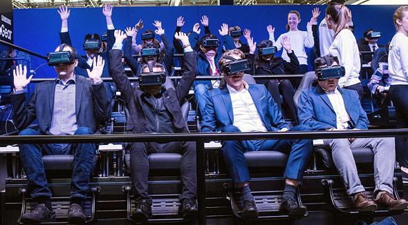 הדגמת יכולות VR מציאות מדומה של סמסונג ב תערוכת MWC ברצלונה 2017, צילום: גטי אימג'ס