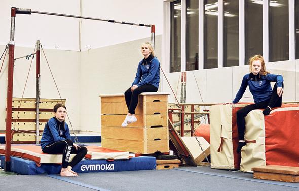 נערות איסלנדיות בחוג התעמלות ברייקיאוויק. הרחובות ריקים בצהריים משום שכולם בחוגים