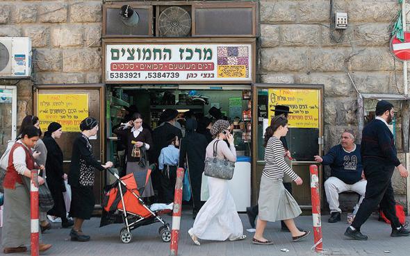 """עוברים ושבים בשכונת מאה שערים בירושלים. """"זאת אחריות של גברים ללמוד לחיות בלי לחשוב על מיניות כשהם רואים שיער גלוי"""""""