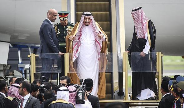 סלמן מלך סעודיה יורד במדרגות הזהב, צילום: אי פי איי