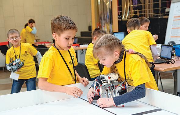 ילדים בתחרות רובוטיקה ברוסיה. בנות מקשרות אינטליגנציה עם בנים, גם אם ציוניהן גבוהים יותר