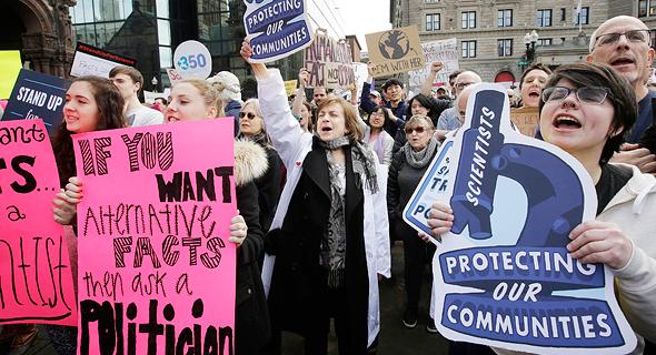 הפגנת מדענים נגד הקיצוץ המיועד בתקציב הסוכנות להגנת הסביבה, צילום: איי פי