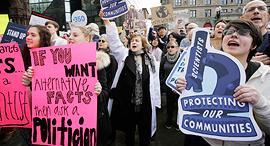 הפגנת מדענים נגד הקיצוץ בתקציב הסוכנות ל הגנת הסביבה, צילום: איי פי