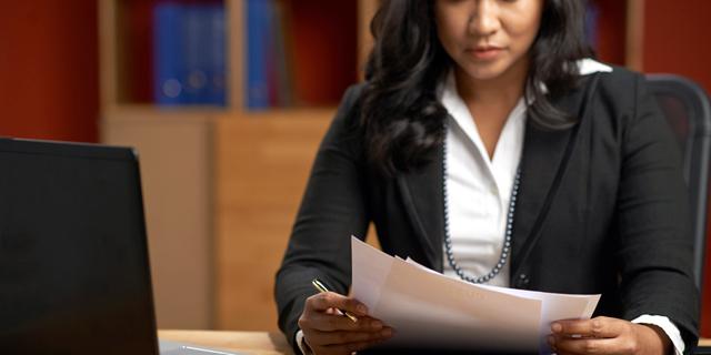 מפחדים מנשים חזקות: נתונים חדשים חושפים עד כמה עבה תקרת הזכוכית בענף המשפט