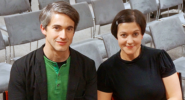 ג'וליה ג'ייקובס וטובי מיטשל. יוצרים את המחזה ביחד עם השחקנים