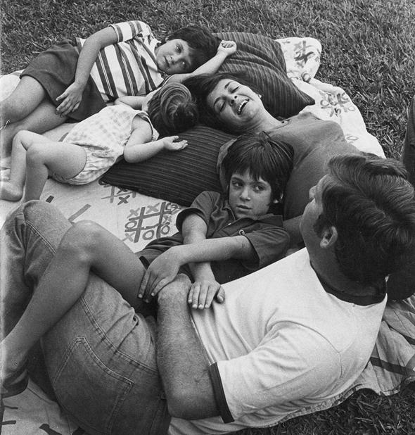 1975 - דן אריאלי בן ה־8 (במרכז) עם הוריו דפנה ויורם ואחיותיו טלי (5) ורוני (2), בחצר ביתם ברמת השרון