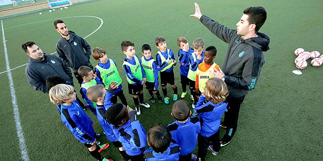 """ילדים משחקים כדורגל. """"בהולנד אין צעקות"""", צילום: אויטרס"""