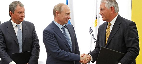 """מנכ""""ל רוסנפט איגור סצ'ין נשיא רוסיה ולדימיר פוטין ומזכיר המדינה רקס טילרסון, צילום: איי פי"""