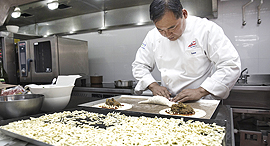 שף סיני מכין כיסוני פיצה במטבח התעשייתי של פונטרה, צילום: בלומברג