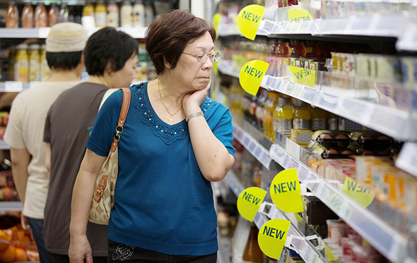 אשה בוחנת מוצרי חלב במרכול בסין