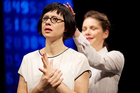 """מתוך """"כטוב בעיניכם"""". """"אם היינו מציגים את המחזה במלואו, ועדי עובדים לא היו קונים אותו"""", צילום: רדי רובינשטיין"""
