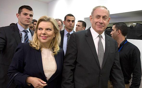 בנימין ו שרה נתניהו בבית המשפט בתביעת הדיבה נגד יגאל סרנה, צילום: איי פי