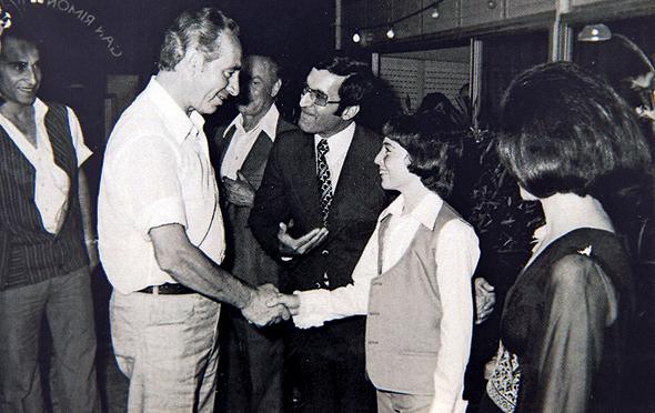 """שחל עם אביו ושמעון פרס בבר המצווה שלו, 1974. """"אבא לא הזיל דמעה כשפרס הפנה לו עורף"""""""