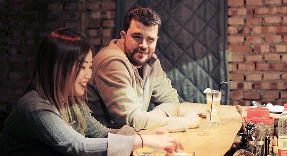 אופיר דור בפאב בבייג'ינג. רוב הנשים לא ייפגשו בבר עם גבר זר, והדייטים מתקיימים במסעדה, בית קפה או דוכן סלטים