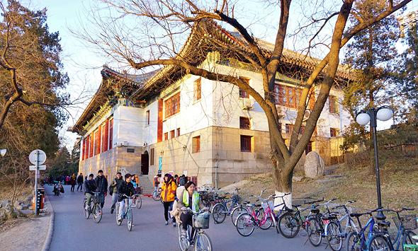 """קמפוס אוניברסיטת פקינג, שגם בו יצא הכותב לדייט. שיקולי קריירה שולחים את הנשים לחו""""ל, בחזרה לסין או לחיק המפלגה"""