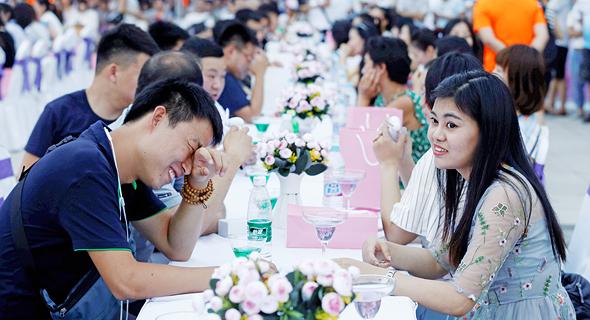 ספיד־דייטינג שהתקיים בקיץ בפארק בבייג'ינג. מספר הגברים בגיל הנישואים גדול ב־40 מיליון ממספר הנשים בגיל הזה