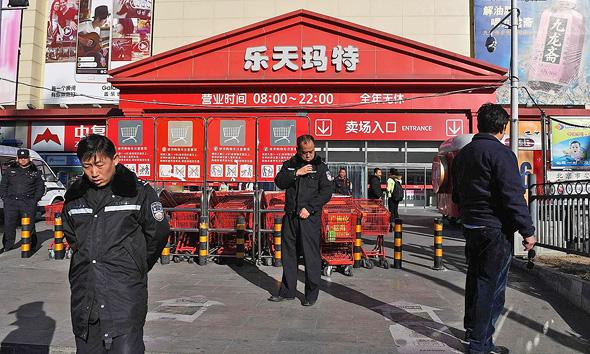 השבוע: שוטרים שומרים על סופרמרקט לוטה בבייג