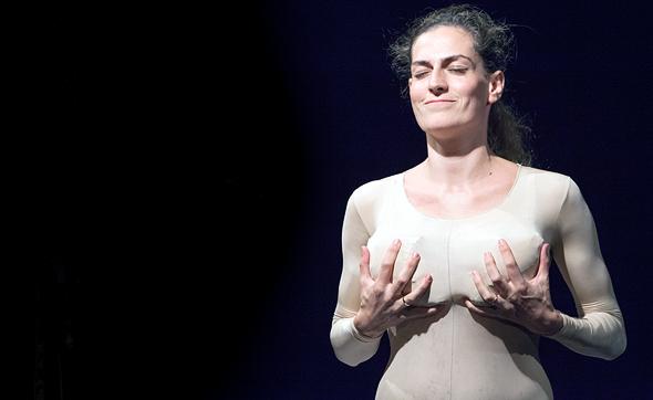 השחקנית והיוצרת שרון בורנשטיין ביצ'צ'י מתוך המופע תשוקות