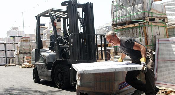 עובדים במפעל נגב קרמיקה, צילום: אוראל כהן