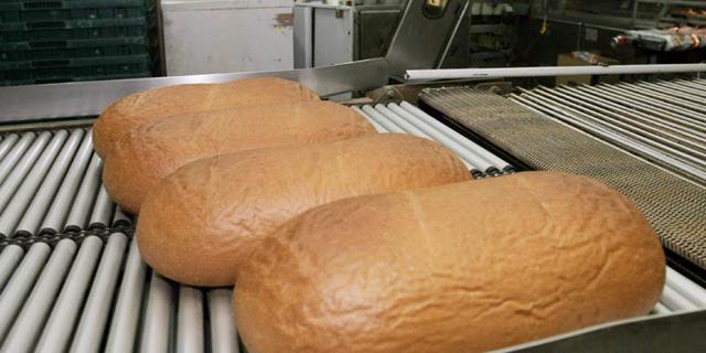 כחלון יצטרך להכריע לא רק על התייקרות מוצרי החלב, אלא גם לגבי הלחם
