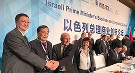 מימין: פרופסור רון רובין, ז'ונג צ'ינג הו וז'אהן צאו