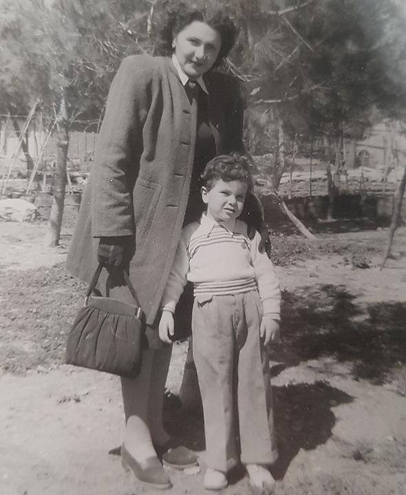 1948. יצחק ברמן בן השלוש עם אמו שושנה, בירושלים