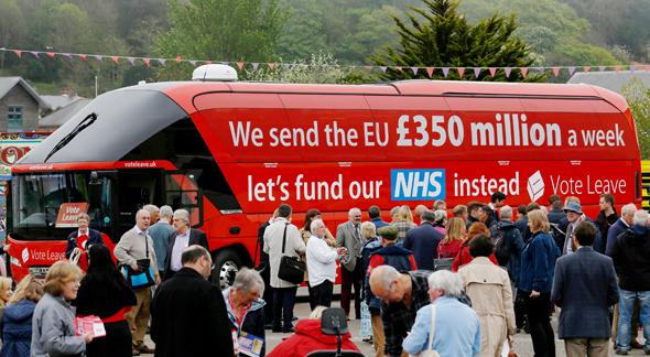 """הקמפיין השקרי של תומכי הברקזיט שטען """"אנחנו מעבירים לאיחוד האירופי 350 מיליון ליש""""ט בשבוע"""". חזרה על טענה כוזבת, גם אם כדי לחשוף את השקר, יכולה לגרום לה להישאר בראש"""