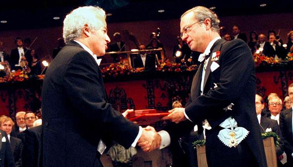 פרוזנר (מימין) מקבל פרס נובל לרפואה ב־1997 על מחקר במימון חברת טבק שחיפשה הסחת דעת