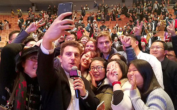 """מנכ""""ל Airbnb, בריאן צ'סקי, מבקר בשנגחאי"""