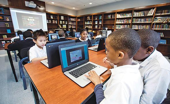 ילדים מתרגלים מתמטיקה במחשב