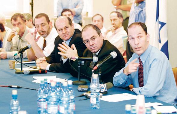"""ראש אגף התקציבים יוגב (מימין) עם שר האוצר שלום, אוקטובר 2002. """"הרעיון היה להוכיח שישראל מדינה עם משמעת תקציבית"""""""