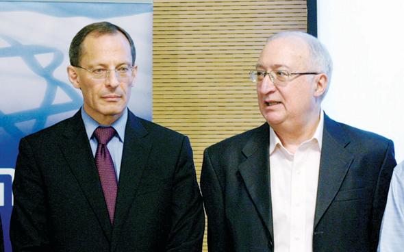 """טרכטנברג (מימין) וקנדל בוועדת טרכטנברג, ספטמבר 2011. """"הציבור לא הבין שמקטינים את השירותים הציבוריים"""""""