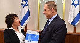 """פלוג מגישה את הדוח לנתניהו, צילום: קובי גדעון לע""""מ"""