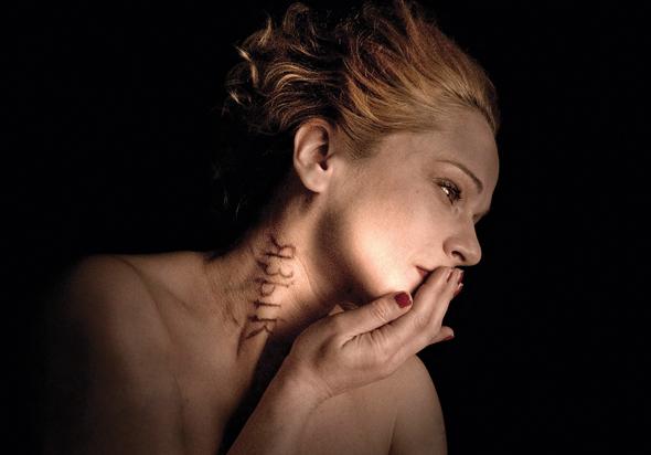 """אלונה קמחי בתצלום של נשר מתוך """"בחדרי חושך"""""""