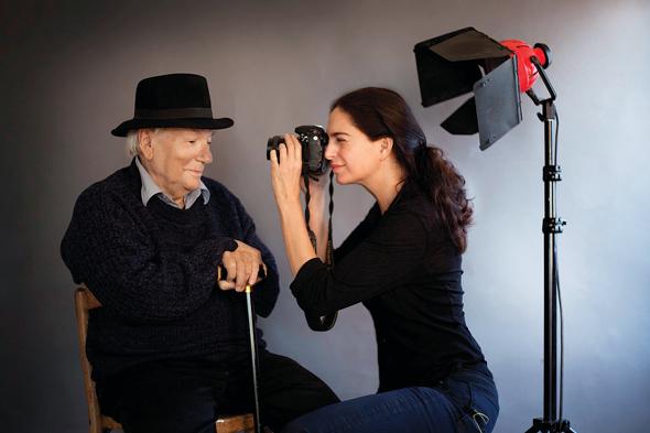 """נשר מצלמת את יורם קניוק. """"היא מתכננת כמו אדריכל ואז היא מצלמת כמו אמן"""", כתב עליה קניוק"""