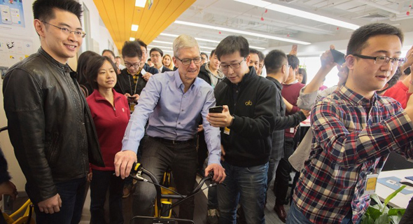 """טים קוק מנכ""""ל אפל סין אופניים אופו ofo, צילום: instagram / tim cook"""