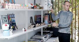 קדם בחדר העבודה שלו, צילום: עמית שעל