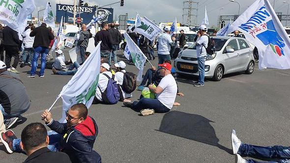 מאות עובדי חיפה כימיקלים חוסמים את צומת גהה