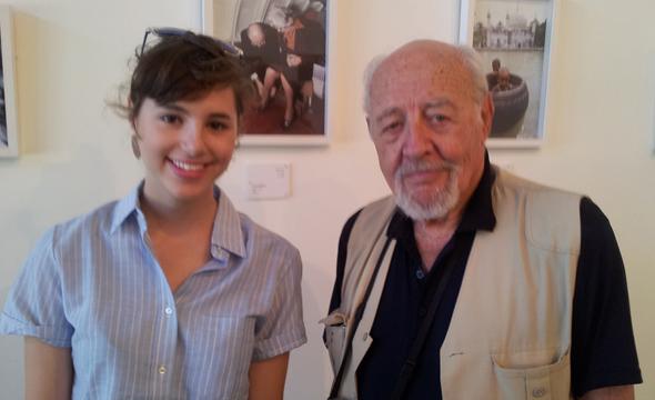 דוד רובינגר עם הצלמת הצעירה עומר הכהן, בתערוכה של רובינגר ביפו ב-2014