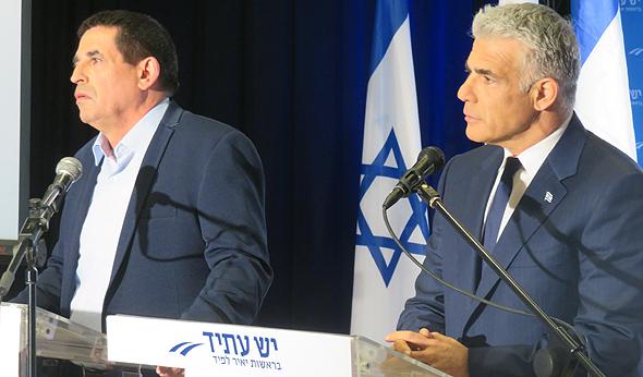 מימין יאיר לפיד וניצב בדימוס יואב סגלוביץ מלחמה בשחיתות הציבורית