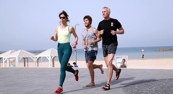 לרוץ כמו ישו: גורו הריצה היחפה הגיע לישראל