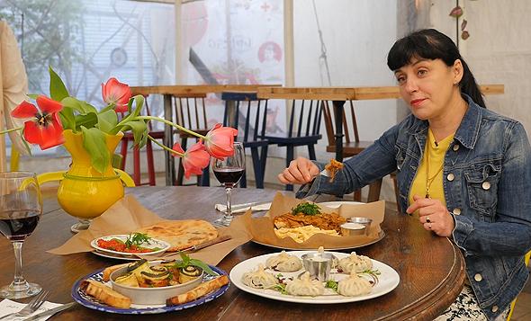 """ננה שרייר, מסעדת ננוצ'קה בת""""א. מועדון צרכנים טבעוני יצא לדרך בישראל"""