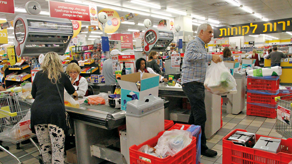 Shoppers at the supermarket. Photo: Zohar Shachar