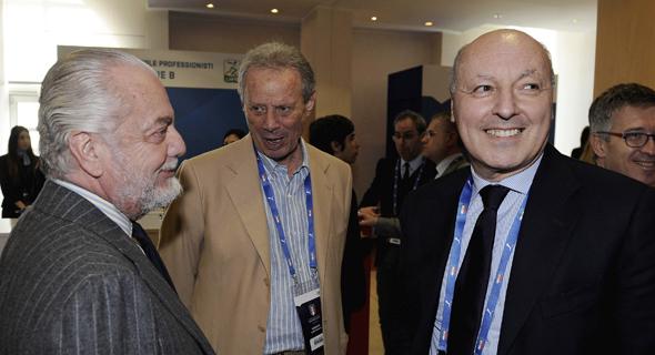 בפה מארוטה (מימין) לצד נשיא פאלרמו מאורציו זאמפריני (אמצע) והבעלים של נאפולי, אאורליו דה לאורנטיס. הצנע ולכת, צילום: גטי אימג